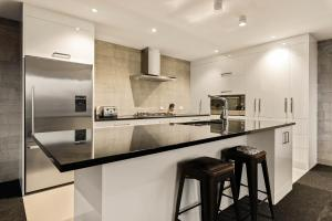 A kitchen or kitchenette at Diamond Deluxe Central Queenstown