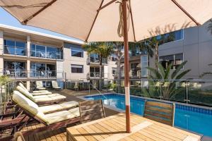 Edgewater Palms Apartments tesisinde veya buraya yakın yüzme havuzu