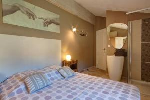 A bed or beds in a room at Les Grandes Terres - Gîtes & SPA