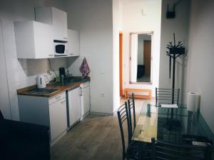 A kitchen or kitchenette at Luciano apartament