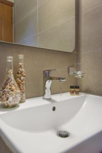 A bathroom at Panorama Studios