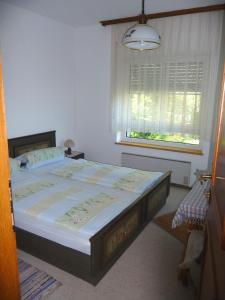A bed or beds in a room at Ferienhaus Seespitz