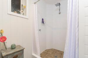 A bathroom at Olinda Forest Retreat with Spa
