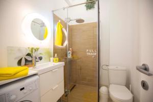 A bathroom at Classy Scala Studio