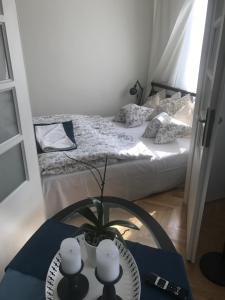 Ein Bett oder Betten in einem Zimmer der Unterkunft Stare Miasto Miodowa 26