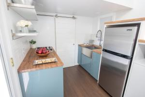 """A kitchen or kitchenette at Kevin Hart's """"Tiny House with Big Personality"""""""