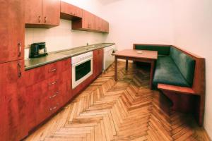 A kitchen or kitchenette at Appartements Carlton Opera