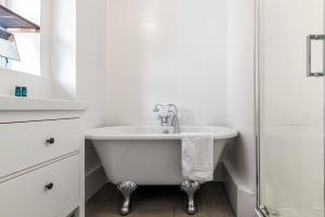 A bathroom at Cosy 1 bedroom flat in quiet Wapping