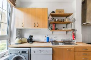 A kitchen or kitchenette at Cosy 1 bedroom flat in quiet Wapping