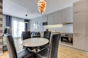 Virtuvė arba virtuvėlė apgyvendinimo įstaigoje Apartamenty Apartinfo Waterlane