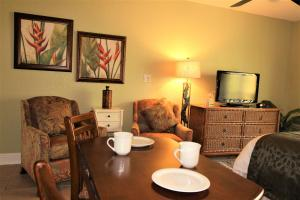 A seating area at Beso Del Sol #409 One-bedroom Apartment