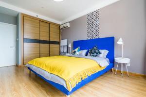 A bed or beds in a room at Qingdao Shibei·Qingdao Wanda Plaza· Locals Apartment 00166560
