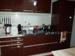 A kitchen or kitchenette at Ap. COMPLETO e ACONCHEGANTE