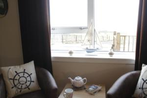 A seating area at Seascape Cottage