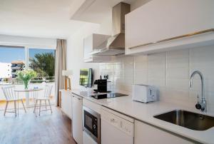 Een keuken of kitchenette bij Aparthotel Pierre & Vacances Mallorca Cecilia