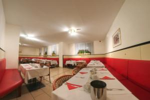 A restaurant or other place to eat at Appartements Carlton Opera