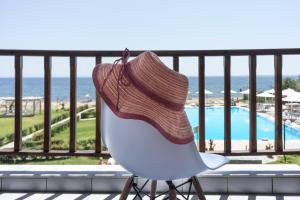 En udsigt til poolen hos Alkinoos Beach Hotel eller i nærheden