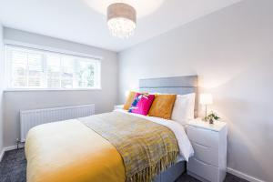 A bed or beds in a room at Nicholls House - Newly Refurbished 3 Bed Home