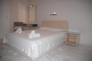 A bed or beds in a room at Karistos Mare Apartments