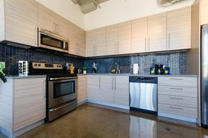 A kitchen or kitchenette at Urban Living Loft in DTLA