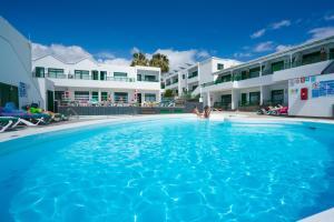 Bazén v ubytování Apartamentos Elena nebo v jeho okolí