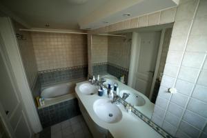 A bathroom at Beirut Raouche Rocks Appartment