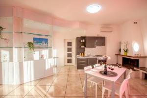 A kitchen or kitchenette at Fiori del Conero