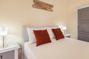 A bed or beds in a room at Feel at home - Free private parking