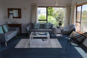 A seating area at Manly Beach Family Holiday Home
