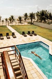 Uma vista da piscina em Manga Verde Beach Residence ou nos arredores