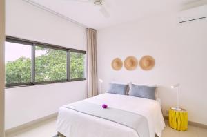 Les Estivales Beachfront Suites & Penthouses by LOV tesisinde bir odada yatak veya yataklar