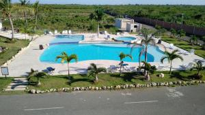 A view of the pool at Residencial Sueño Caribeño or nearby