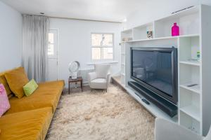 A television and/or entertainment center at Airy and Bright 4 bed house near Hyde Park (for 6)