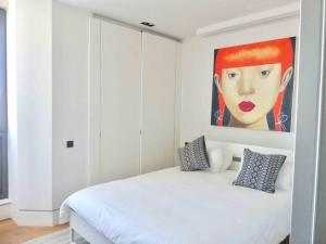 A bed or beds in a room at Apartamento Lujo Velazquez 160