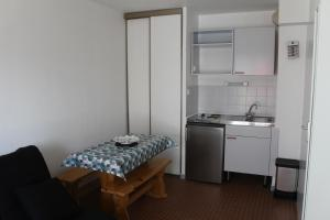 A kitchen or kitchenette at Appart lumineux plain pied