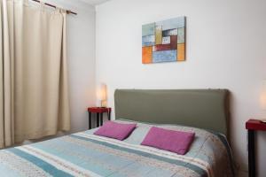 Una cama o camas en una habitación de Departamentos Bariloche