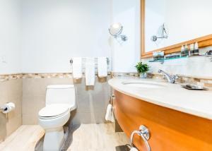 A bathroom at Condado Lagoon Villas at Paseo Caribe