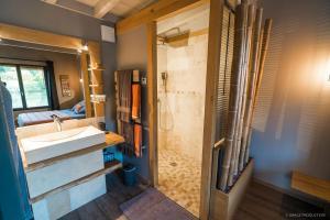 Salle de bains dans l'établissement LACabane Lodge Nature