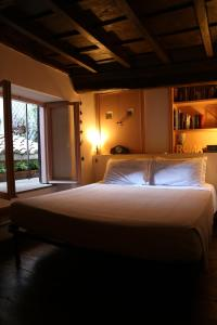 A bed or beds in a room at Un Tetto al Pantheon