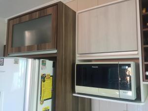 Una televisión o centro de entretenimiento en residencial esmeralda