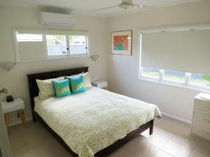 A bed or beds in a room at Edge Hill Clean & Green Cairns, 7 Minutes from the Airport, 7 Minutes to Cairns CBD & Reef Fleet Terminal