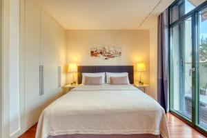 A bed or beds in a room at Paseo de Gracia Bas Apartments Barcelona
