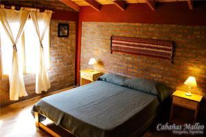 Una cama o camas en una habitación de Cabañas Malleo