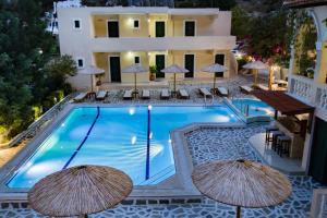 Het zwembad bij of vlak bij Kyra Panagia ApartHotel