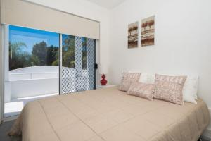 A bed or beds in a room at NEW Edgewater On Chevron 5 Bedroom Waterfront House Newly Renovated In Central Location