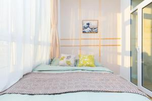 A bed or beds in a room at Harbin Daoli·Central Street· Locals Apartment 00165600