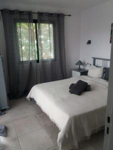 Een bed of bedden in een kamer bij Bungalow Residencial Sonnenland