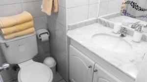 Un baño de Departamento Lord Cochrane Santiago