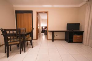 Uma TV ou centro de entretenimento em Trianon Apart Hotel
