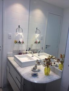A bathroom at Apto 2qtos na PRAIA DO CANTO